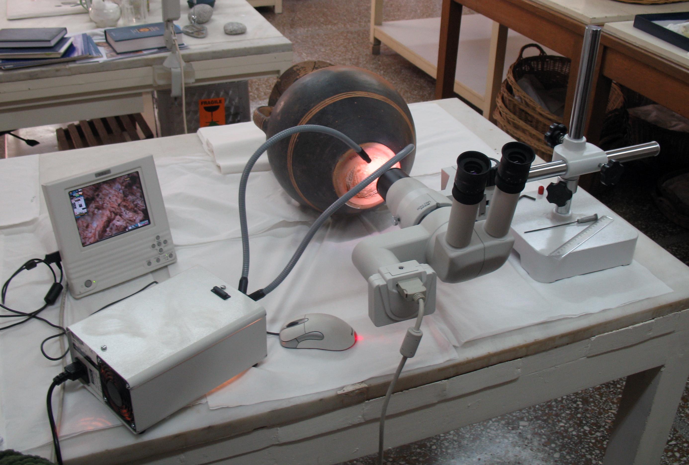 Εργαστηριακή μελέτη γεωμετρικού υφάσματος στο στερεοσκόπιο. Φωτογραφία Σ. Σπαντιδάκη.
