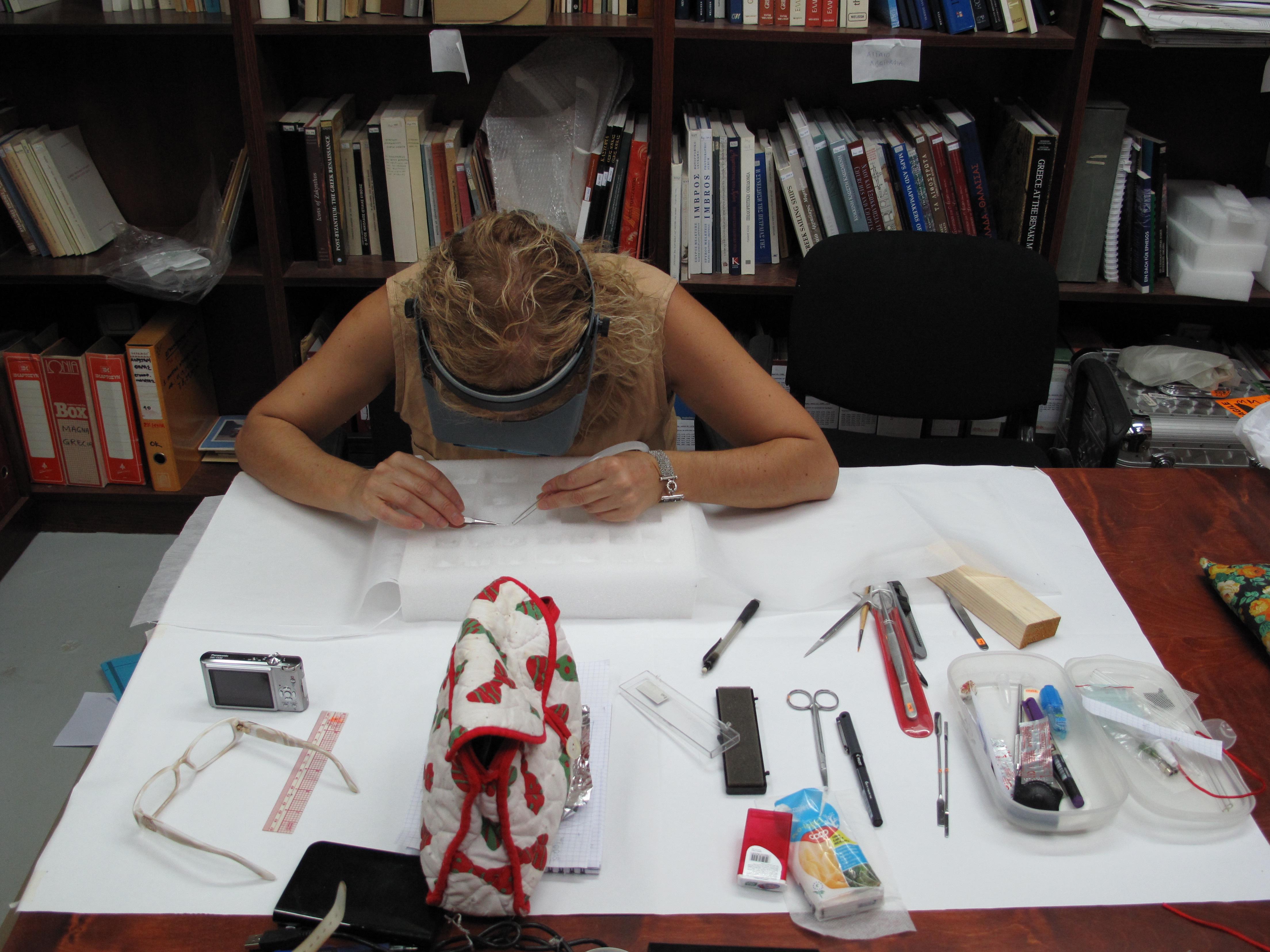 Προληπτική συντήρηση, αποθήκευση καταλοίπων αρχαιολογικών υφασμάτων. Φωτογραφία Σ. Σπαντιδάκη.