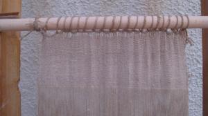 Ανακατασκευή λινού υφάσματος από το Ακρωτήρι στον όρθιο αργαλειό με βάρη. Σ. Σπαντιδάκη.