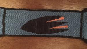Ταινία με μοτίβο κρόκου κατασκευασμένη με ύφανση με καρτέλες, τεχνική διπλής όψεως. Φωτογραφία Σ. Σπαντιδάκη.