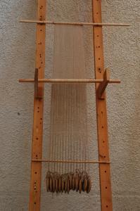 Ανακατασκευή όρθιου αργαλειού με βάρη. Φωτογραφία Σ. Σπαντιδάκη