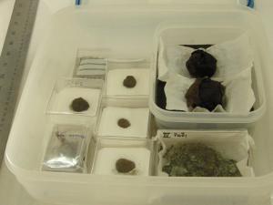 Αποθήκευση καταλοίπων αρχαιολογικών υφασμάτων. Φωτογραφία Χ. Μαργαρίτη.