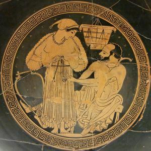 Γυναίκα με πλισσέ χιτώνα. Ερυθρόμορφη κύλικα, 490 π.Χ. Βρετανικό Μουσείο.