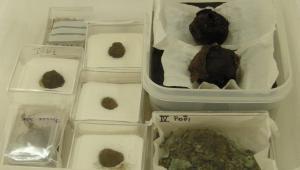Σπαράγματα ανασκαφικών υφασμάτων σε αποθηκευτικά κουτιά.